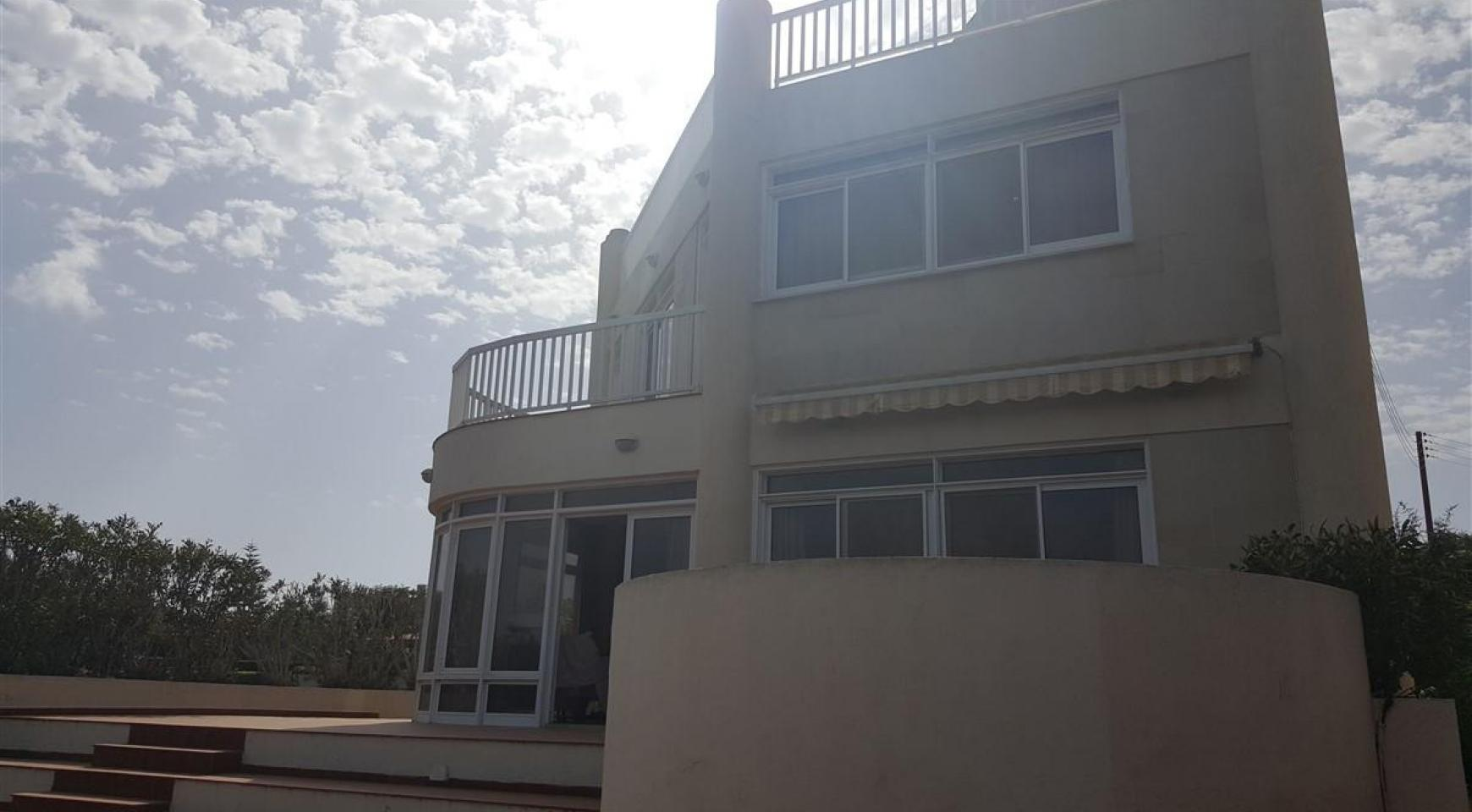 3 Villas with Sea Views in the Prime Seafront Location - 4