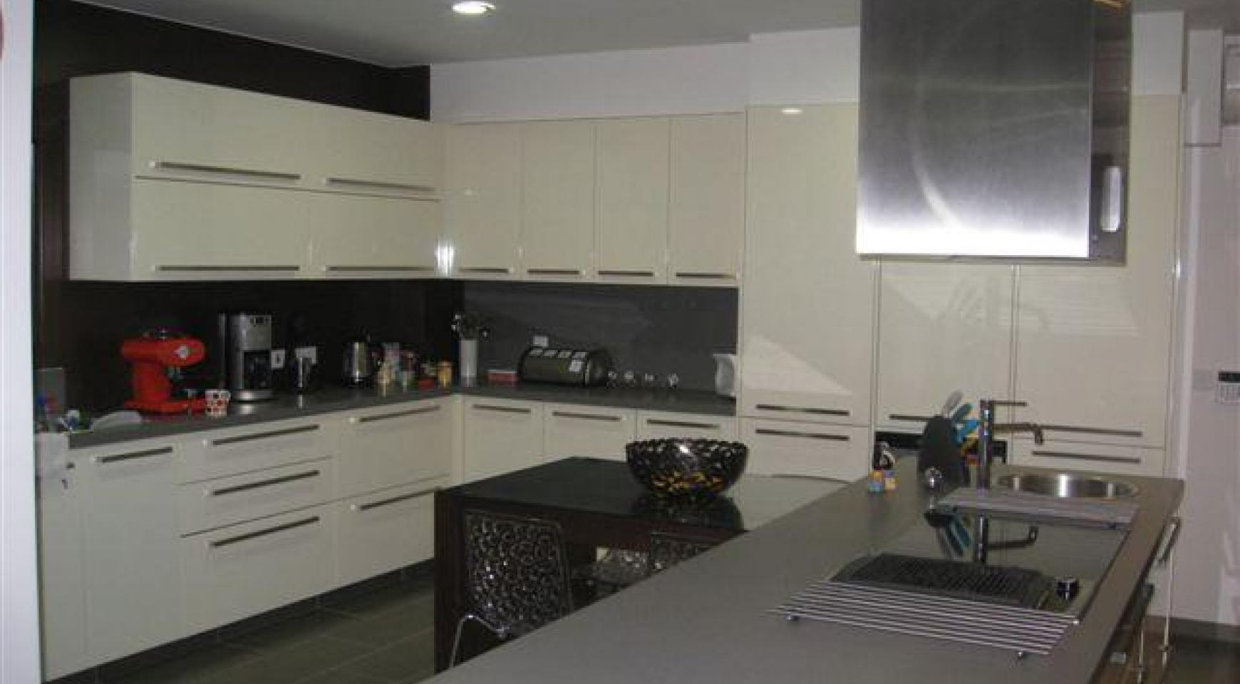 Spacious 4 Bedroom House in Nisou Area - 15