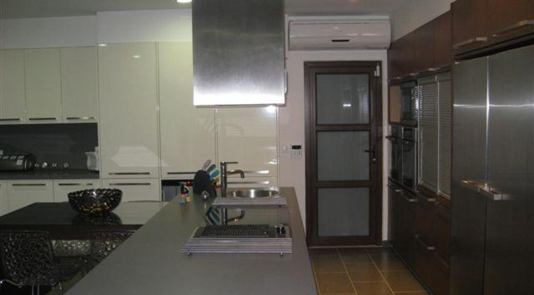 Spacious 4 Bedroom House in Nisou Area - 18