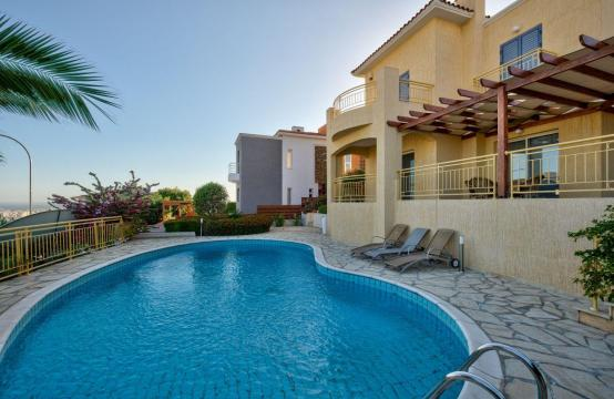Cozy 4 Bedroom Villa with Amazing Sea and City Views in Germasogeia