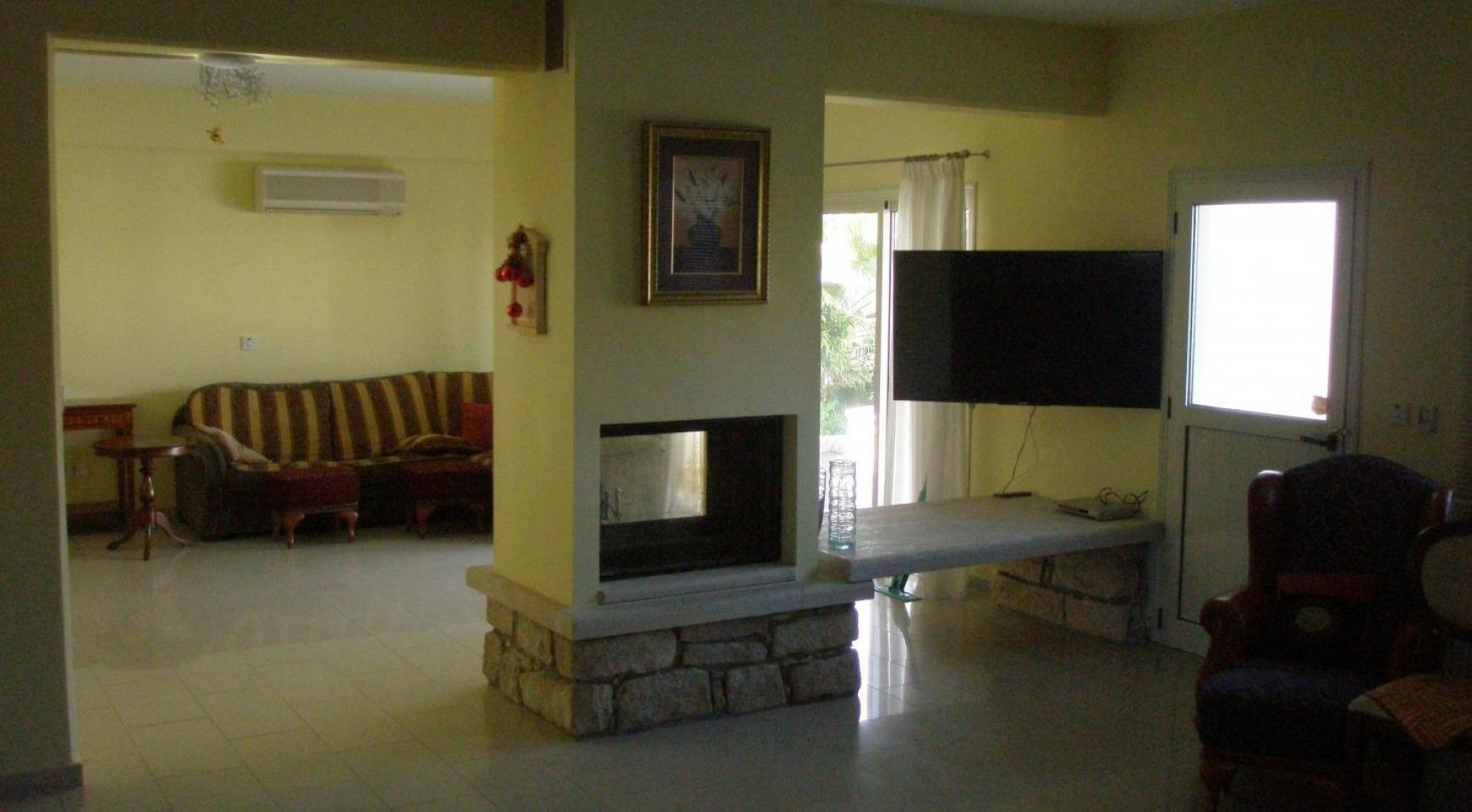 Spacious 5 Bedroom Villa with Magnificent Views in Pyrgos  - 14